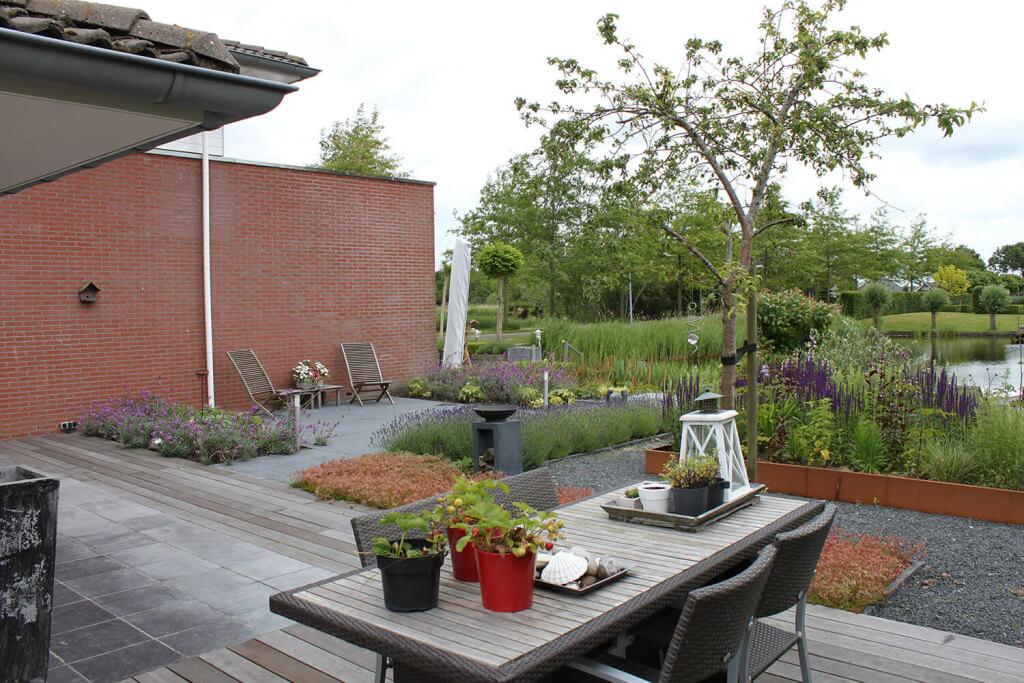 Moderne tuin aan het water hooft hoveniers